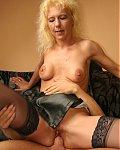 Reife rassige Blondine mit Kugeltitten nimmt sich einen jungen Schwanz vor.