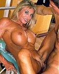 Sexy  nackte Muskelfrauen zeigen ihre nat�rliche Titten und riesige Silikontitten