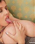 Diese Tittenlady liebt ihre Ficktitten und saugt st�ndig selbst daran