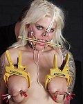 Blonde Sklavin wird extrem gefoltert und gequält. Sie bekommt Nasken und Mundhaken angelegt um ihr ein fieses Gesichtsbondage zu verpaßen und  dann werden die Sklavinnenbrüste noch in die Tittenpresse gedrückt und mit schmerzhaften Wäscheklammern versehen