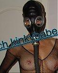 Die Amateurlatexfotze Kinkybabe trägt gerne Latexkorsetts, Gasmasken und andere Latexkleidung